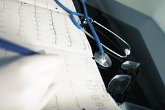 Aggiusti le prove d'esame ed analizza del paziente in ufficio fotografie stock