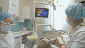 Aggiusti macchina fotografica usata di Digital del controllo intraorale dentario speciale la micro ai denti dell'esame Sul monito stock footage
