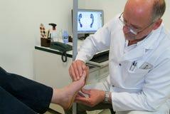 Aggiusti preparare i sottopiedi ortopedici per un paziente sul suo studio Fotografia Stock Libera da Diritti
