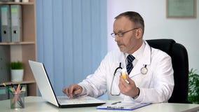 Aggiusti rendere l'ordine delle medicine online per approvvigionamento pubblico, lavorando al computer portatile immagine stock libera da diritti