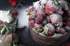 Agglutini con cioccolato che decora con la fragola ed il lampone Immagini Stock Libere da Diritti