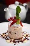 Agglutini con le bacche, la salsa dolce e la panna montata Fotografie Stock Libere da Diritti