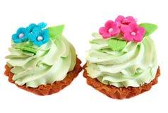 Agglutini il canestro decorato con crema verde chiaro ed i fiori rosa franco Fotografie Stock Libere da Diritti