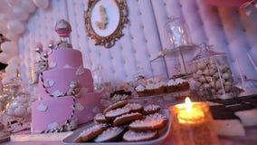Agglutini per un bambino con un orso, un grande dolce rosa, una torta di compleanno per un bambino archivi video