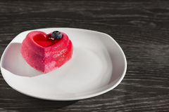 Agglutini sotto forma di cuore su un piatto bianco su una tavola di legno Immagine Stock Libera da Diritti