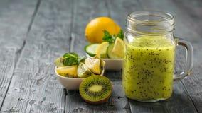 Aggredisca con i frullati del kiwi, del cetriolo, del limone, del prezzemolo e della menta su una tavola Fotografie Stock