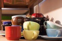Aggredisca le terraglie ceramiche beventi impilate nel mestiere fatto a mano dello scaffale di negozio Fotografie Stock