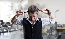 Aggressiv affärsman med ett band på hans huvud arkivfoton