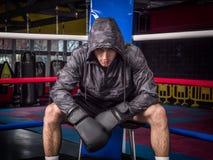 Aggressiv man i boxninghandskar på cirkeln royaltyfri foto