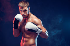 Aggressiv shirtless boxare på grå bakgrund Royaltyfri Bild