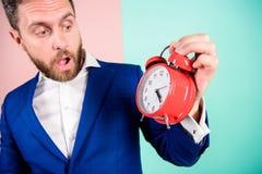 Aggressiv ung man Mogen man med att undra Affärsmannen har brist av tid Tid ledningexpertis Hur mycket tid lämnade brukar arkivfoton