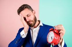 Aggressiv ung man Moget manskägg som är trött på grund av arbete Affärsmannen har brist av tid Tid ledningexpertis Hur mycket arkivfoto