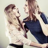 Aggressiva tokiga kvinnor som slåss sig Royaltyfri Foto