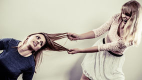 Aggressiva tokiga kvinnor som slåss sig Royaltyfri Fotografi