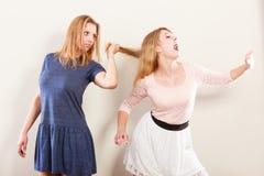 Aggressiva tokiga kvinnor som slåss sig Arkivbild