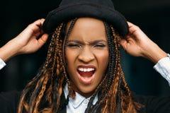 Aggressive Afroamerikanerfrau Rasereigefühl stockbild