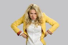 Aggressive die Stirn runzelnde junge Geschäftsfrau Stockbild