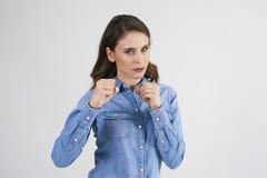 Aggressive Frau bereit zum Kampf stockfoto