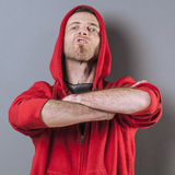 Aggressive 40s man standing with arms crossed forward Royalty Free Stock Photos