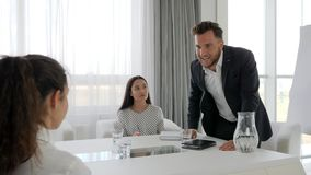 Aggressiver Mentor mit Mitarbeitern im Geschäftszentrum, Büro Leute am Job, Porträt der rageful Exekutive bei Tisch, stock video footage