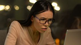 Aggressives weibliches Büroangestelltschreien unglücklich mit Kunden Antwort, Frist stock video