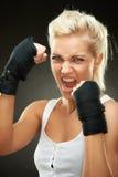 aggressivt härligt blont boxareflickabarn Royaltyfri Bild