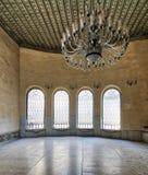 Agha ElSelehdar Sabil内部与铁华丽窗口、白色大理石地板和巨大的枝形吊灯,开罗,埃及的 图库摄影