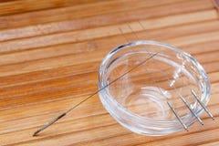 Aghi di agopuntura Aghi d'argento per agopuntura tradizionale Primo piano C'è un certo spazio libero per il vostro testo o segno fotografia stock libera da diritti