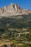 Aghi di Chabrieres ed il villaggio della L ` Eglise, Hautes-Alpes, Francia Fotografie Stock