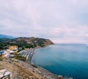 Aghia Galini海滩空中顶面全景视图在克利特海岛的在希腊 利比亚海运的南海岸 免版税图库摄影