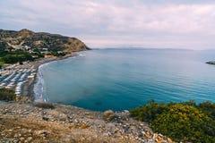 Aghia Galini海滩空中顶面全景视图在克利特海岛的在希腊 利比亚海运的南海岸 免版税库存图片