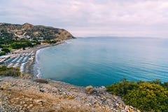 Aghia Galini海滩空中顶面全景视图在克利特海岛的在希腊 利比亚海运的南海岸 图库摄影