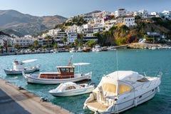 Aghia Galini镇港口有停放的渔船和美丽的房子的在克利特海岛的岩石的 免版税图库摄影