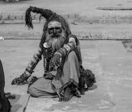 Aghori baba på Varanasi ghaat Holly Ganga ghaat royaltyfria bilder