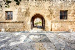 Agia纳帕修道院庭院入口在塞浦路斯 库存照片