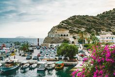 Agia Galini, Κρήτη, Ελλάδα - τον Αύγουστο του 2018: αλιευτικά σκάφη στο λιμάνι του galini agia στη νότια παράλια της Κρήτης, Ελλά στοκ εικόνες