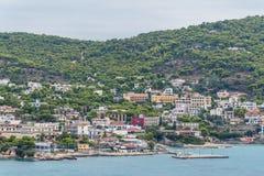 Agia Marina miasta widok, Aegina schronienie zdjęcie stock