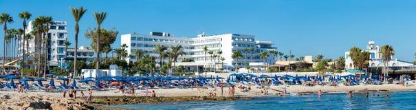 AGIA NAPA, CHIPRE: opinión Sandy Bay Beach con los hoteles y turistas Imagen de archivo libre de regalías