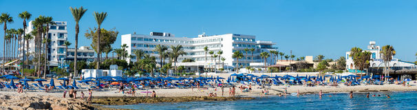 AGIA NAPA, CYPRUS: mening van Sandy Bay Beach met hotels en toeristen Royalty-vrije Stock Afbeelding