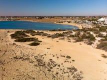 Agia Napa, Zypern - 1. November 2018 Mittelmeerküste im Urlaubsgebiet stockbilder