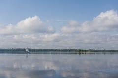 Żagiel łódź na spokojnym jeziorze Obrazy Royalty Free