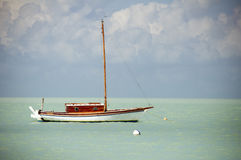 Żagiel łódź unosi się w morzu karaibskim Fotografia Royalty Free