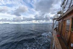 Żagiel łódź w Turkusowym Tropikalnym raju oceanie Denny Krystaliczny Wat Obraz Royalty Free