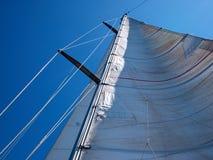 Żagiel żeglowanie łódź przeciw niebu Fotografia Stock