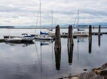 Żagiel cumujący przy molem na jeziorze Obrazy Stock