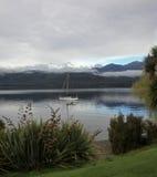 Żagiel łódź przy Jeziornym Te Anau Zdjęcie Royalty Free