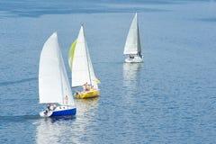 Żagiel daleko od - na rzece trzy jachtu Zdjęcia Royalty Free