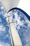 Żagiel jacht na niebieskiego nieba tle Obrazy Royalty Free