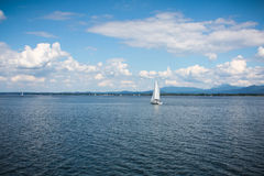 Żagiel łodzie na jeziorze Zdjęcia Royalty Free