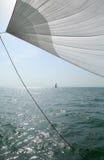 Żagiel przeciw niebieskiemu niebu, morzu i jachtom, Zdjęcie Stock